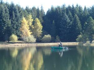 peche à la mouche barque dérivante guide de pêche auvergne franck coudière