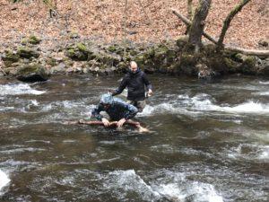 stage de peche à la mouche nous traversons la rivière