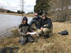 une belle truite arc en ciel du lac des estives avec le guide et ces 2 client